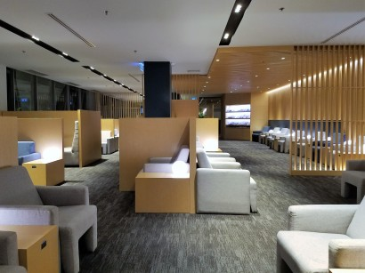 The use of cubicle-type walls creates privacy even though the lounge is one large room.