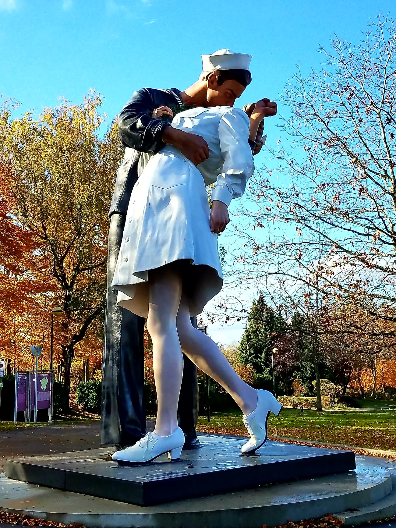 The iconic statue of the VJ Day kiss