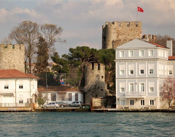 Anadoluhisarı Castle is sitiuated in the Beykoz district of Istanbul on the Asian side of the Bosphorus. The castle was built between 1393 and 1394 on the commission of the Ottoman Sultan Bayezid I.